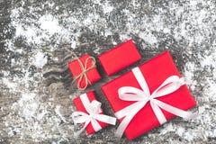 Set czerwoni prezentów pudełka z faborkiem bo i linowym prezentem łęku i pustego miejsca Obraz Stock