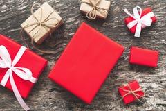 Set czerwoni prezentów pudełka z faborkiem bo i linowym prezentem łęku i pustego miejsca Fotografia Stock