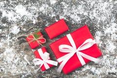 Set czerwoni prezentów pudełka z faborkiem i linowy łęk z dekorującym el Obraz Royalty Free