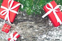 Set czerwoni prezentów pudełka z faborkiem i linowy łęk z dekorującym el Zdjęcie Royalty Free