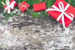 Set czerwoni prezentów pudełka z faborkiem i linowy łęk z dekorującym el Zdjęcia Stock