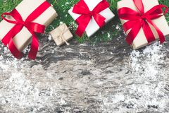 Set czerwoni prezentów pudełka z faborkiem i linowy łęk z dekorującym el Zdjęcia Royalty Free
