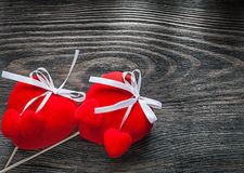 Set czerwoni tkanin serca z białymi faborkami na drewnianej deski cel Zdjęcia Stock