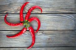 Set czerwoni warzywa na drewnianym stole, kopia astronautyczny wizerunek - pieprz obrazy royalty free