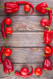 Set czerwoni warzywa na drewnianym stole, kopia astronautyczny wizerunek - pomidory, pieprz zdjęcie stock