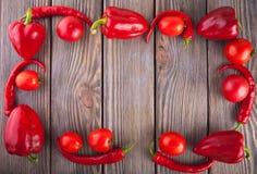 Set czerwoni warzywa na drewnianym stole, kopia astronautyczny wizerunek - pomidory, pieprz obraz stock