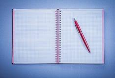 Set czerwony ballpoint pióra copybook biura otwarty pojęcie Zdjęcia Royalty Free
