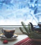 Set dekoracyjna porcelany filiżanka, talerze, teapot z błękitem i złoto wzór, Fotografia Stock