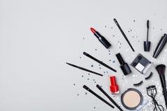 Set dekoracyjny kosmetyk i piękno produkty dla makeup na gwiazdowego confetti tła odgórnym widoku Mieszkanie nieatutowy zdjęcia royalty free