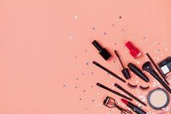 Set dekoracyjny kosmetyk i pi?kno produkty dla makeup na gwiazdowego confetti t?a odg?rnym widoku mieszkanie nieatutowy styl obrazy stock