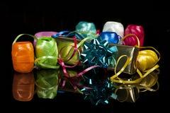 Set der bunten Farbbänder und des Weihnachtsgeschenks Stockfotografie