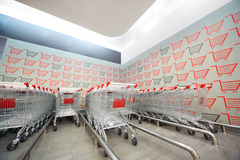 Set der Einkaufenlaufkatze im Supermarkt Stockbild