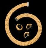 Set der Ohrringe, des Ringes und des goldenen Armbandes   Stockfotos
