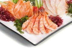 Set des Sashimis auf Daikon mit Meerespflanze, Gurke lizenzfreie stockfotografie