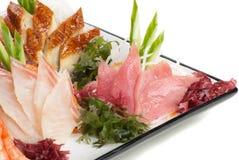 Set des Sashimis auf Daikon mit Meerespflanze, Gurke lizenzfreies stockfoto
