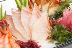 Set des Sashimis auf Daikon mit Meerespflanze, Gurke stockbilder