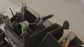 Set di pennelli per trucco sulla tavola archivi video