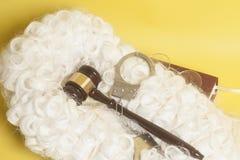 Set dla sędziego: sądzi perukę, handclufs, sędziego młoteczek, książkowej końcówki eyeglass zdjęcia stock