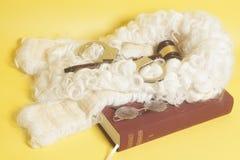 Set dla sędziego: sądzi perukę, kajdanki, sędziego młoteczek, książkowej końcówki eyeglass zdjęcie stock