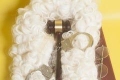 Set dla sędziego: sądzi perukę, kajdanki, sędziego młoteczek, książkowej końcówki eyeglass fotografia royalty free