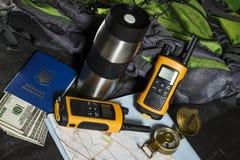 Set dla turysty: plecak, kompas, talkie i pieniądze, zdjęcie stock