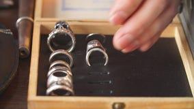 Set doskonalić handmade pierścionków łańcuchy na stole i kolczyki zbiory