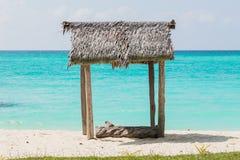 Set drewniane stolec i stoły dla gości umieszczających pod kokosowymi drzewkami palmowymi na białych piaskach plażowa okładzinowa fotografia stock