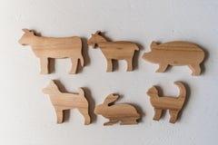 Set drewniani zwierzęta gospodarskie handmade Waldorf zabawki na białym tle obraz royalty free