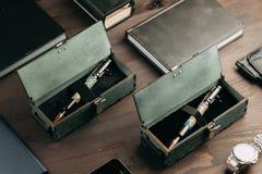 Set drodzy wojskowych pióra w drewnianych pudełkach Obraz Royalty Free