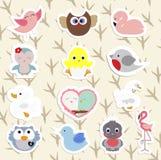 Set dziecka ` s majcherów śliczni ptaki w kreskówce projektuje royalty ilustracja