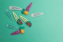 Set dziecko włosiane szpilki na zielonym tle obraz royalty free