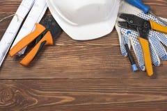 Set elektryczny narzędzie na drewnianym tle Akcesoria dla inżynierii pracy, energetyczny pojęcie zdjęcia royalty free