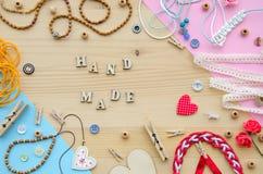 Set elementy dla rękodzieła i dekoracyjne rzeczy dla handmade na drewnianym tle Mieszkanie nieatutowy Fotografia Stock