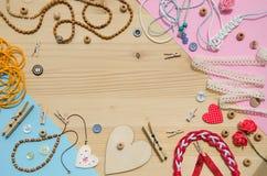 Set elementy dla rękodzieła i dekoracyjne rzeczy dla handmade na drewnianym tle Mieszkanie nieatutowy Fotografia Royalty Free