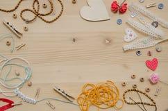 Set elementy dla rękodzieła i dekoracyjne rzeczy dla handmade na drewnianym tle Mieszkanie nieatutowy Obrazy Stock