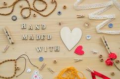 Set elementy dla rękodzieła i dekoracyjne rzeczy dla handmade na drewnianym tle Mieszkanie nieatutowy Zdjęcie Stock