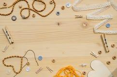 Set elementy dla rękodzieła i dekoracyjne rzeczy dla handmade na drewnianym tle Mieszkanie nieatutowy Obraz Stock
