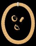 set för cirkel för armbandörhängen guld- royaltyfri foto