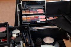 Set fachowi kosmetyki w boksuje otwartego zakończenie z w górę zawartości w studiu oblicze, tarcze z muśnięciem od palety zdjęcie stock