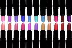 Set Farbenlippenstifte Lippenstiftsatz lokalisiert auf weißem backgroun Stockfoto
