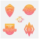 Set futbol, piłka nożna logowie lub grzebienie i Piłek nożnych odznaki w płaskim projekcie na pomarańczowym gradientowym tle Royalty Ilustracja