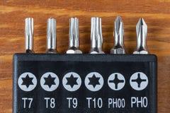 Set głowy dla śrubokrętów kawałków na drewnianym stole zdjęcie royalty free