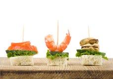 Set geschmackvoller Canape von den essbaren Meerestieren Stockfotos