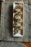 Set gorące rolki w cieście naleśnikowym na prostokątnym talerzu obraz royalty free