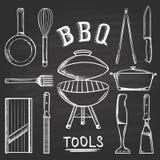 Set grillów narzędzia rysujący w kredzie na blackboard Gorący brązownik, grater strugać, blender, smaży nieckę, tongs, nóż, slice Obrazy Royalty Free