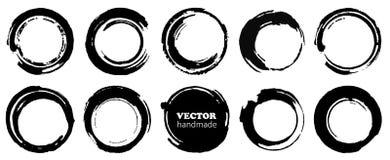 Set grunge okręgi Wektorowego grunge round kształty Czerń kształtuje i brudzi, plamy pluśnięcia i punkty odizolowywających na bia ilustracja wektor