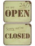 Set grunge Zeichen: öffnen Sie - geschlossen - 24 Stunden Lizenzfreies Stockfoto