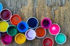 Set guasz farby i akwarela dla rysować, artystyczni narzędzia na starym drewnianym tle Zdjęcia Royalty Free