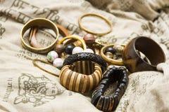 Set hölzerne Armbänder auf einem Auslegungkissen Lizenzfreies Stockfoto
