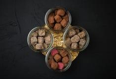 Set handmade czekoladowe trufle w kakaowym proszku w szklanym ja obrazy stock